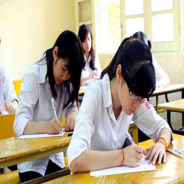 Ngày 4/6/2012, gần 1 triệu thí sinh trong cả nước tiếp tục bước vào ngày thi thứ ba ngày  thi cuối cùng của kỳ thi tốt nghiệp THPT và GDTX năm học 2011-2012 với hai môn thi Toán và Ngoại Ngữ, riêng với thí sinh GDTX thi môn cuối là Vật Lý với hình thức thi trắc nghiệm thay vì không thi môn Ngoại Ngữ. Trong ảnh: Thí sinh tại Hội đồng thi Trường THPT Việt Đức (Hà Nội) trước giờ thi Ngoại Ngữ với hình thức thi trắc nghiệm. Ảnh: Quý Trung – TTXVN
